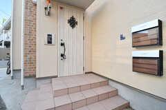 玄関の様子。玄関ドアの脇の壁に郵便受けが設置されています。郵便受けは風呂ごとに用意されています。(2019-01-22,周辺環境,ENTRANCE,1F)