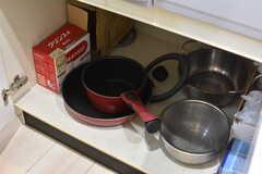 シンクの下に共用の鍋やフライパンが収納されています。(2019-01-22,共用部,KITCHEN,2F)