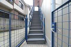 玄関は外階段を上がった先です。(2015-10-14,共用部,OTHER,1F)