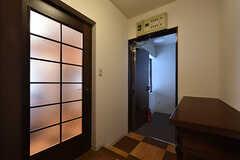 廊下の様子2。左手のドアがリビングです。(2016-07-08,共用部,OTHER,3F)