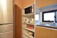 キッチン家電と食器棚の様子。(2016-07-08,共用部,KITCHEN,3F)
