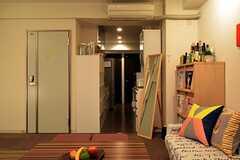 ラウンジから見たキッチンの様子。(2014-04-24,共用部,LIVINGROOM,1F)