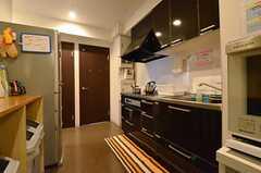 キッチンの様子。突き当たりのドアはシャワールームです。(2014-04-24,共用部,KITCHEN,1F)