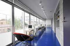 シェアハウスのリビングの様子。1面に窓があるので、日当たりも良い。(2010-08-10,共用部,LIVINGROOM,2F)