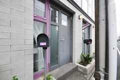 通りに面した102号室の入り口。(2010-08-10,周辺環境,ENTRANCE,1F)