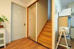 階段の様子。隣のドアは201号室。(2013-11-05,共用部,OTHER,2F)