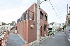 建物は三角形で、角が尖っています。(2009-09-23,共用部,OUTLOOK,2F)