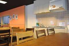壁際にはミニキッチンが設置されています。(2013-08-20,共用部,LIVINGROOM,1F)