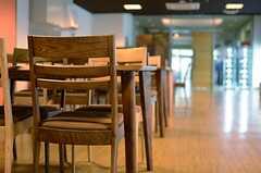 ダイニングテーブルとチェアは、あたたかみのある色合いです。(2013-08-20,共用部,LIVINGROOM,1F)