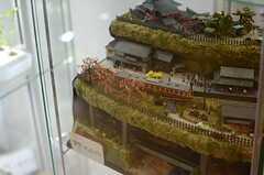 なぜか日本の原風景をイメージした本格的なジオラマも。(2013-08-20,共用部,LIVINGROOM,1F)