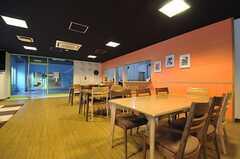 ダイニングスペースの様子。正面のガラスドアはフィットネスルーム。(2013-08-20,共用部,LIVINGROOM,1F)