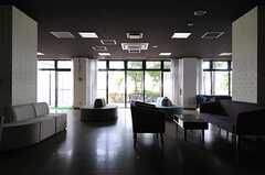 ラウンジから見た窓の外の様子。掃き出し窓はテラスにつながっています。(2013-08-20,共用部,LIVINGROOM,1F)