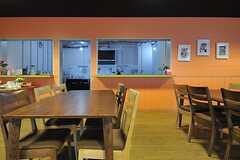 ダイニングスペースの隣がキッチンです。(2013-08-20,共用部,LIVINGROOM,1F)