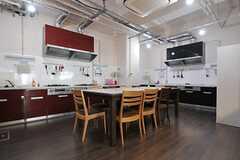 キッチンの様子2。こちらにもダイニングスペースが設けられています。(2013-08-20,共用部,KITCHEN,1F)