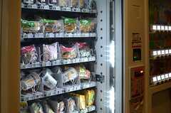 自動販売機では軽食も売っています。(2013-08-20,共用部,OTHER,1F)