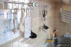 調理器具は壁に掛けられています。(2013-08-20,共用部,KITCHEN,7F)