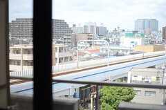 窓からは線路が見えます。(404号室)(2013-08-20,専有部,ROOM,4F)