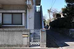 シェアハウスの門扉の様子。階段を上がった2Fに正面玄関があります。(2012-01-31,周辺環境,ENTRANCE,1F)