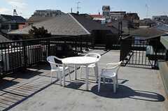 屋上に設置されたテーブルとチェアの様子。(2012-01-31,共用部,OTHER,3F)