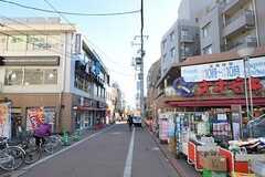 駅前にあるスーパーの様子。駅までは商店街を歩きます。(2012-01-31,共用部,ENVIRONMENT,1F)