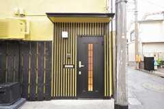 シェアハウスの玄関ドアの様子。(2009-10-02,周辺環境,ENTRANCE,1F)