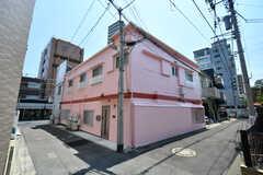 シェアハウスの外観。ピンク色が目を引きます。(2021-05-25,共用部,OUTLOOK,1F)