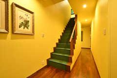 階段の様子。緑色のカーペットが敷かれています。(2017-07-24,共用部,OTHER,1F)