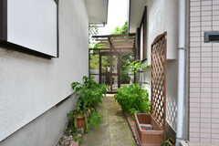庭へは玄関横からアクセスできます。(2017-07-24,共用部,OTHER,1F)