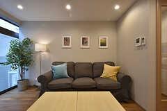 スリーシーターのソファ。ゆったりしています。(2016-07-13,共用部,LIVINGROOM,1F)