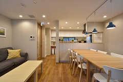 リビングの隣がキッチンです。(2016-07-13,共用部,LIVINGROOM,1F)