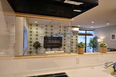 ヒーターの前にはレンジガードが設置されています。透明なので、キッチンに立っていても開放的。(2016-07-13,共用部,KITCHEN,1F)