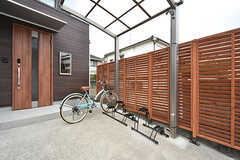 自転車置き場の様子。屋根付きです。(2016-07-13,共用部,GARAGE,1F)