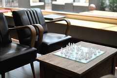 窓際の席にはチェス。(2013-09-09,共用部,LIVINGROOM,1F)