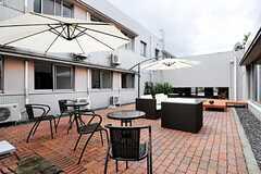 中庭の様子2。サンシェードやデッキチェア&テーブル、ソファが設置されています。(2013-09-09,共用部,OTHER,1F)