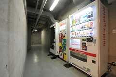 フリースペースの様子。自販機が設置されています。(2013-12-19,共用部,OTHER,)