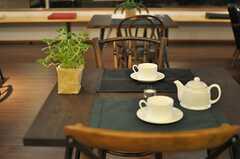 カフェテーブルやチェアはアンティーク調のものです。(2013-09-27,共用部,LIVINGROOM,1F)