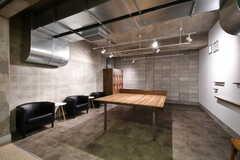 卓球スペースの様子。卓球台は既存の台に木目調のシートを貼りアレンジしたそう。(2020-03-23,共用部,OTHER,-1F)