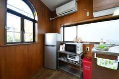 キッチン家電の様子。冷蔵庫は201号室と管理人さんの共用です。201号室以外には各部屋に冷蔵庫が設置されています。(2019-12-09,共用部,KITCHEN,2F)