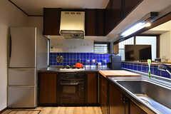 キッチンの様子。群青色のタイルが特徴的。(2016-07-12,共用部,KITCHEN,1F)
