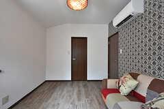 専有部の様子3。正面のドアからは専用の納戸にアクセスできます。(201号室)(2016-07-12,専有部,ROOM,2F)