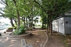 川沿いには公園のような休憩スペースも。(2016-07-12,共用部,ENVIRONMENT,1F)