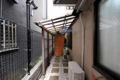 玄関横の物干し場の様子。(2010-07-08,共用部,OTHER,1F)