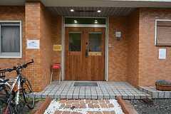 玄関ドアの様子。玄関前に喫煙所があります。(2015-01-22,周辺環境,ENTRANCE,1F)