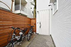 玄関の様子。手前に自転車置場があります。(2017-02-23,周辺環境,ENTRANCE,1F)