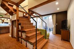 階段を中心にリビングやキッチン、水まわりが配置されています。(2017-02-23,共用部,LIVINGROOM,1F)