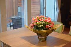 テーブルに飾られた花。テーブルは引き出して大きなサイズにすることもできます。(2017-02-23,共用部,LIVINGROOM,1F)