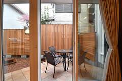 掃き出し窓からは庭に出られます。(2017-02-23,共用部,LIVINGROOM,1F)
