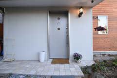玄関の様子。(2016-06-03,周辺環境,ENTRANCE,1F)