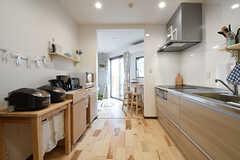 廊下から見たキッチンの様子。リビングは突き当たり左手です。(2016-06-03,共用部,KITCHEN,1F)
