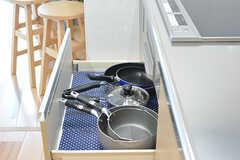 IHクッキングヒータの下には、共用の鍋やフライパンが収納されています。(2016-06-03,共用部,KITCHEN,1F)
